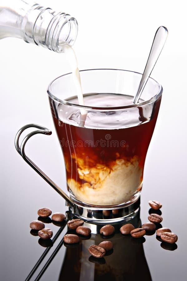 Milch lief in Tasse Kaffee aus lizenzfreies stockfoto