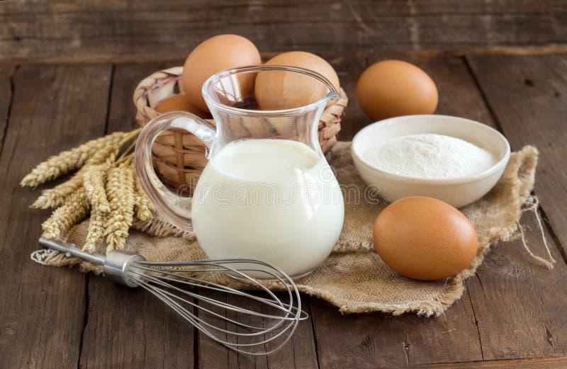 Milch, Mehl, Weizen, wischt und Eier lizenzfreies stockbild