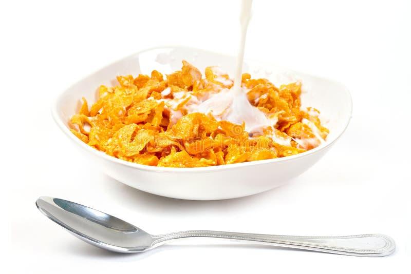 Milch mit Corn Flakes zum Frühstück stockbild