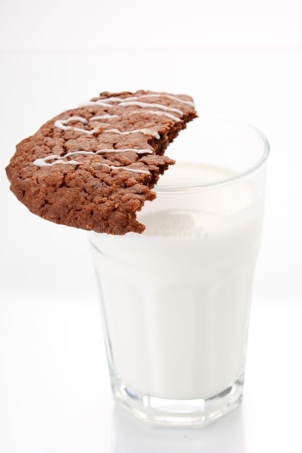 Milch mit Plätzchen stockfotografie