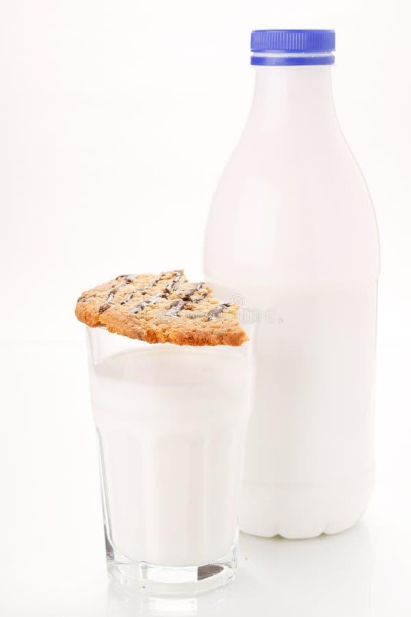 Milch mit Plätzchen lizenzfreies stockfoto