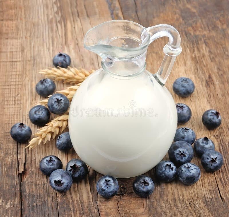 Milch und Brombeere lizenzfreies stockfoto
