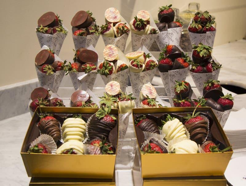Milch und dunkle Schokolade tauchten Erdbeeren durch Godiva ein lizenzfreie stockfotografie