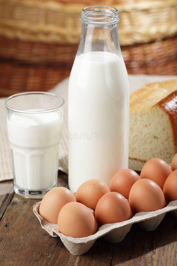 Milch und Eier stockfotografie