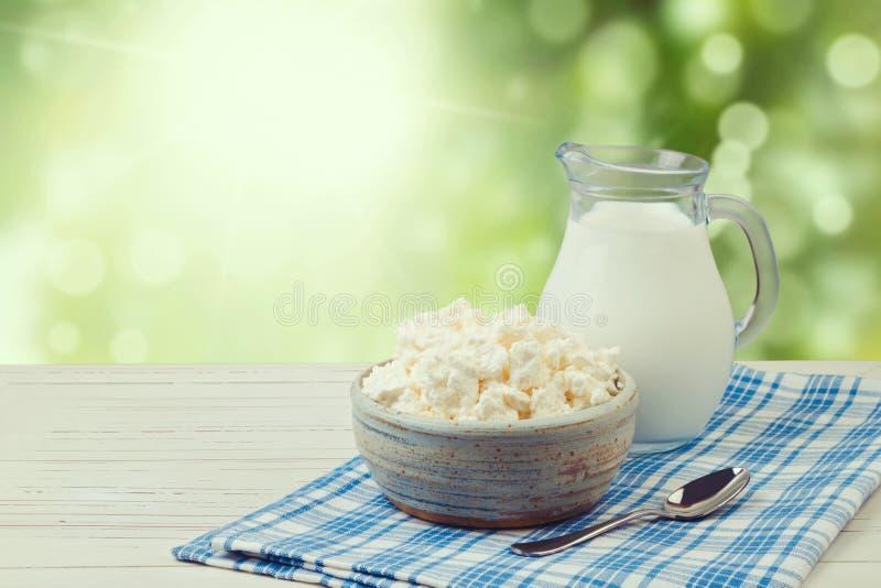 Milch und Hüttenkäse über grünem bokeh Hintergrund jüdisches Feiertag Shavuot-Konzept lizenzfreies stockbild