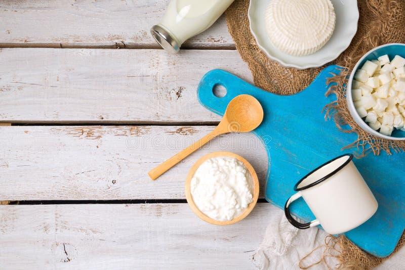 Milch und Hüttenkäse mit Schneidebrett auf rustikalem Hintergrund Ansicht von oben stockfotos