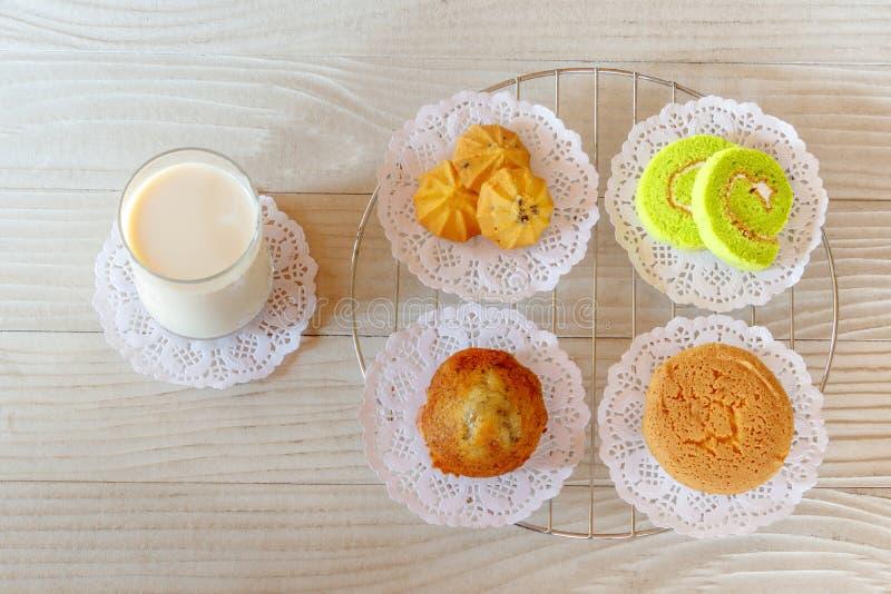 Milch und Nachtisch auf Holztisch stockfoto