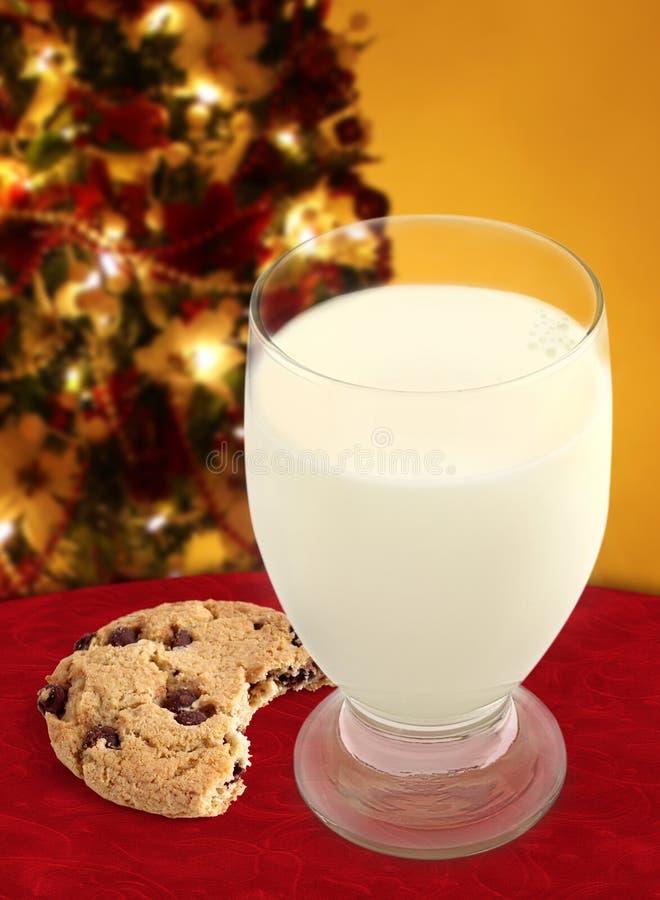 Milch und Plätzchen für Sankt lizenzfreies stockfoto