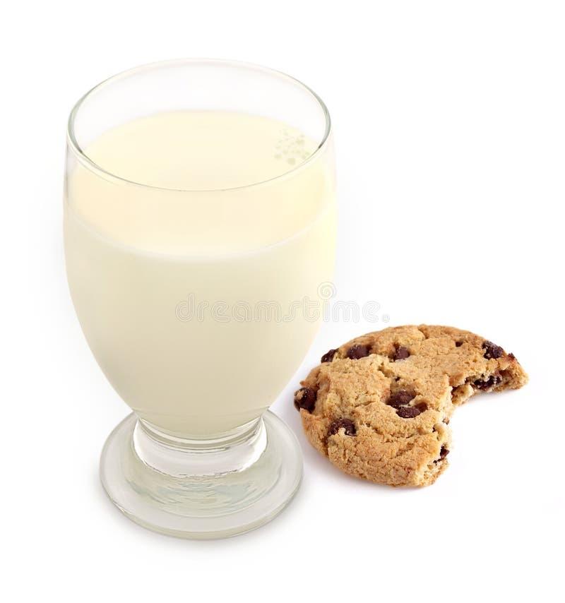 Milch und Plätzchen mit dem Bissen genommen stockfoto