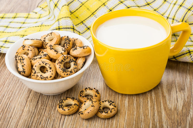 Milch und Schüssel mit Brotringen, karierte Serviette auf Tabelle lizenzfreies stockbild