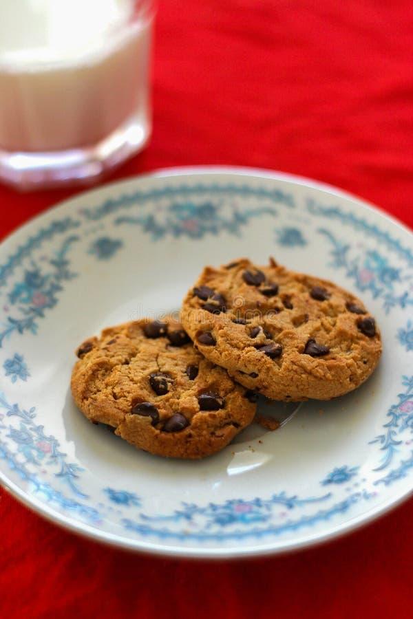 Milch-und Schokoladen-Chips Cookies-por Sankt stockbild