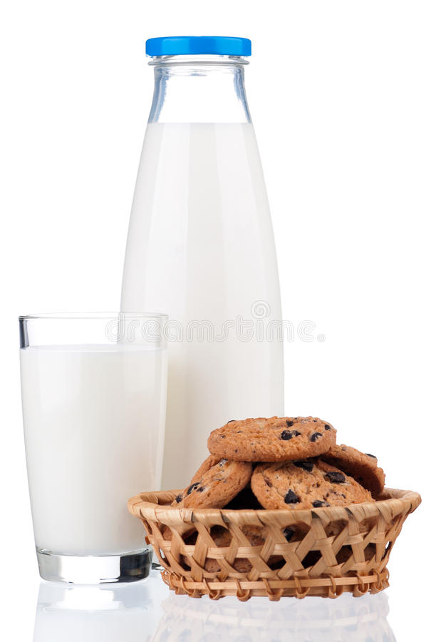Milch- und Schokoladenkekse lizenzfreie stockfotografie