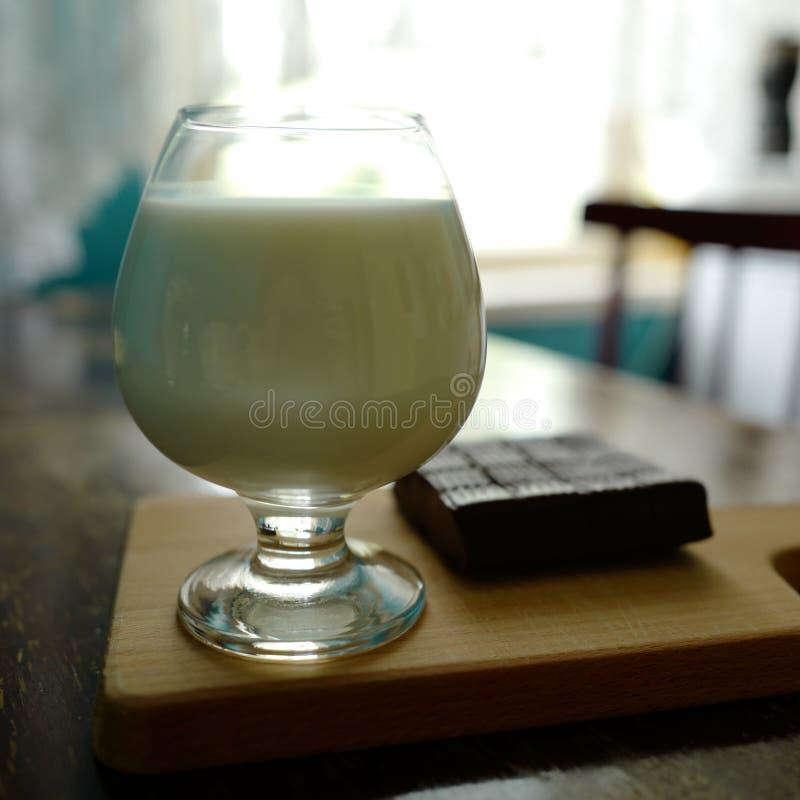 Milch und Toffee lizenzfreie stockfotos