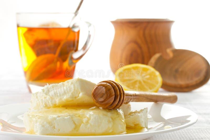 MilchHüttenkäse mit Honig lizenzfreies stockbild