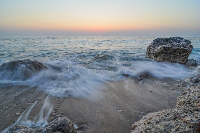 Milchige Wellen in der Dämmerung stockfoto