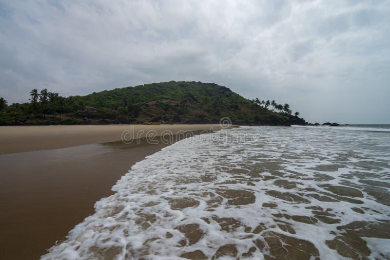 Milchige Wellen an Khawne-Strand, Sindhudurga, Maharashtra, Indien lizenzfreie stockfotos