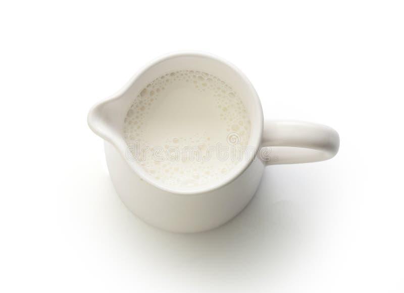 Milchkrug mit Milch lizenzfreie stockfotos