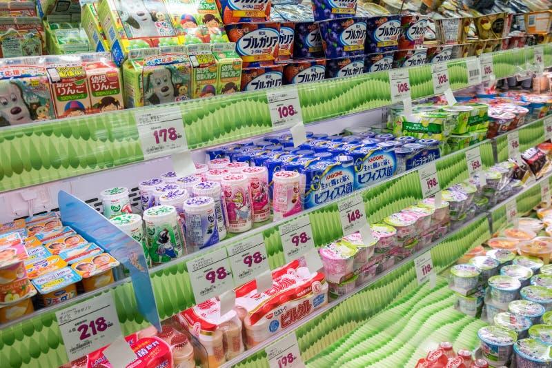 Milchprodukte im japanischen Lebensmittelmarkt lizenzfreie stockfotografie