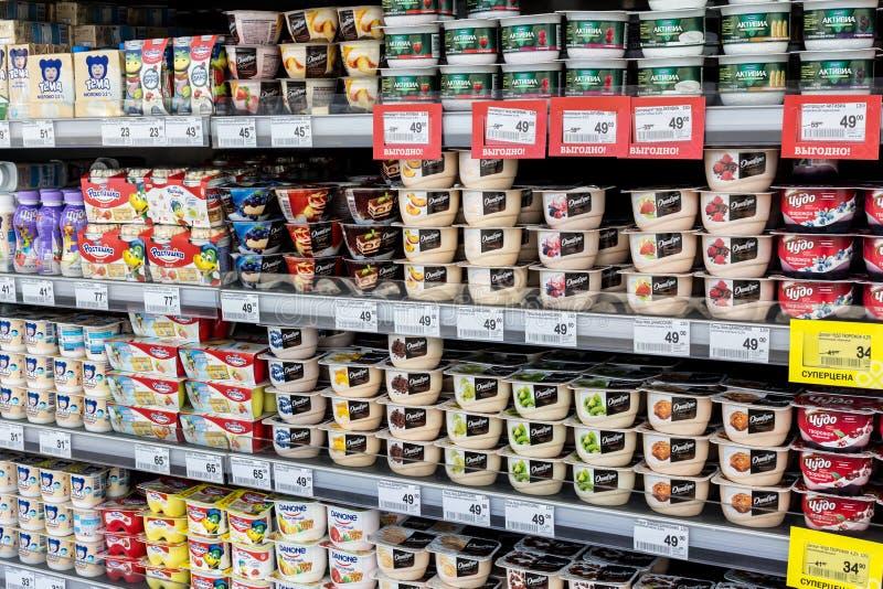 Milchprodukte im Regal im Speicher lizenzfreie stockbilder