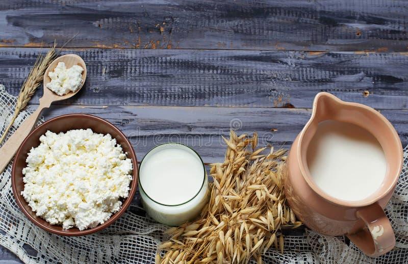 Milchprodukte: Milch, Hüttenkäse, Sauerrahm stockfotografie
