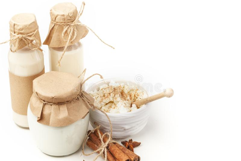 Milchprodukte mit Anis und Zimt auf einem weißen Hintergrund Gesundes Essen Getrennt lizenzfreie stockfotos