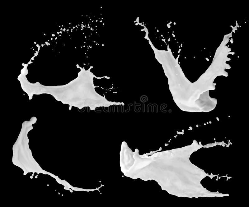 Milchspritzen auf der schwarzen Oberfläche lizenzfreie stockfotos