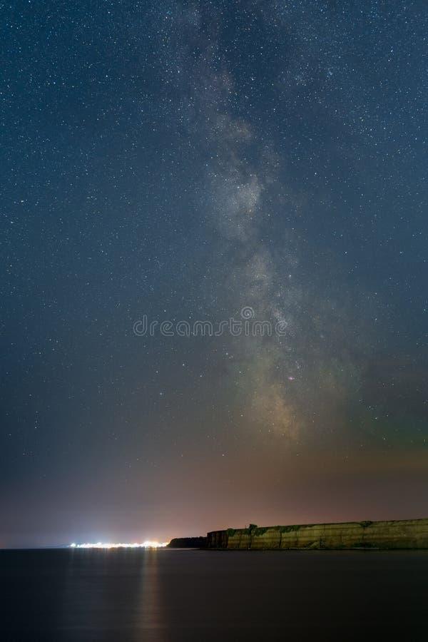 Milchstraße über dem Erholungsort Vama Veche beim Schwarzen Meer lizenzfreie stockbilder
