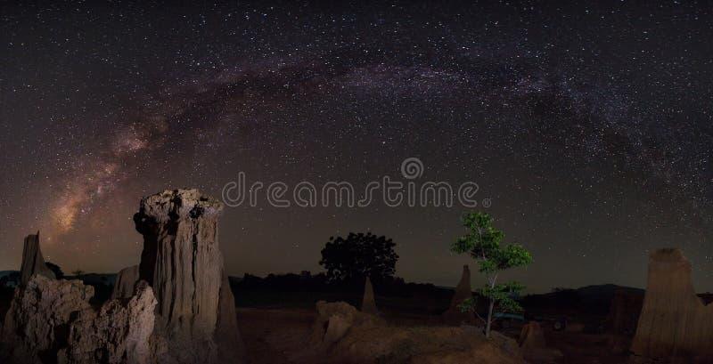 Milchstraße über der Schlucht stockfotos