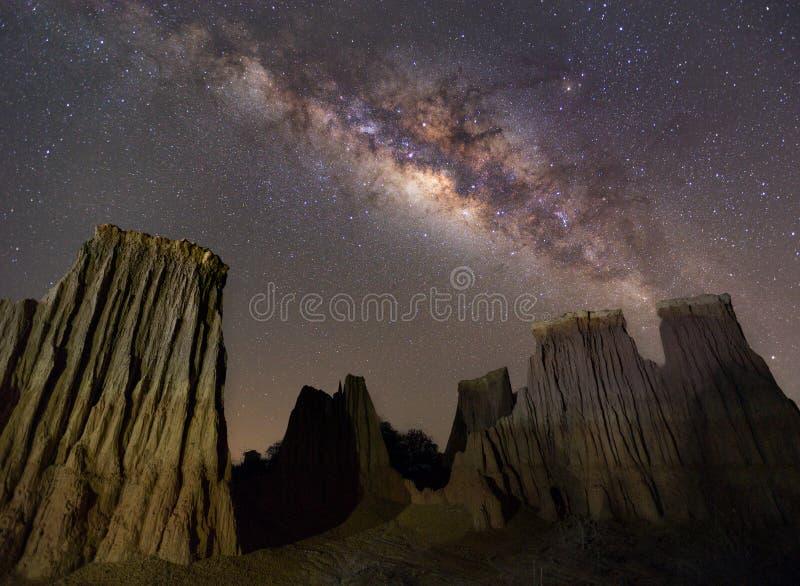 Milchstraße über der Schlucht an Lalu-Felsformationen parken, Sakaeo, lizenzfreie stockbilder