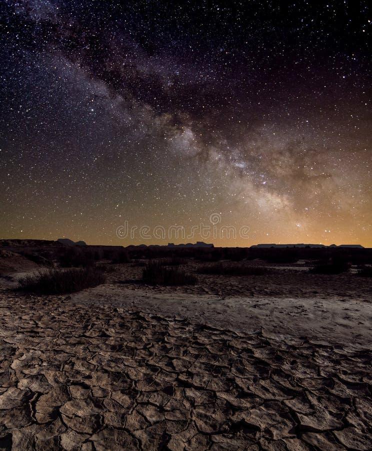 Milchstraße über der Wüste lizenzfreies stockbild