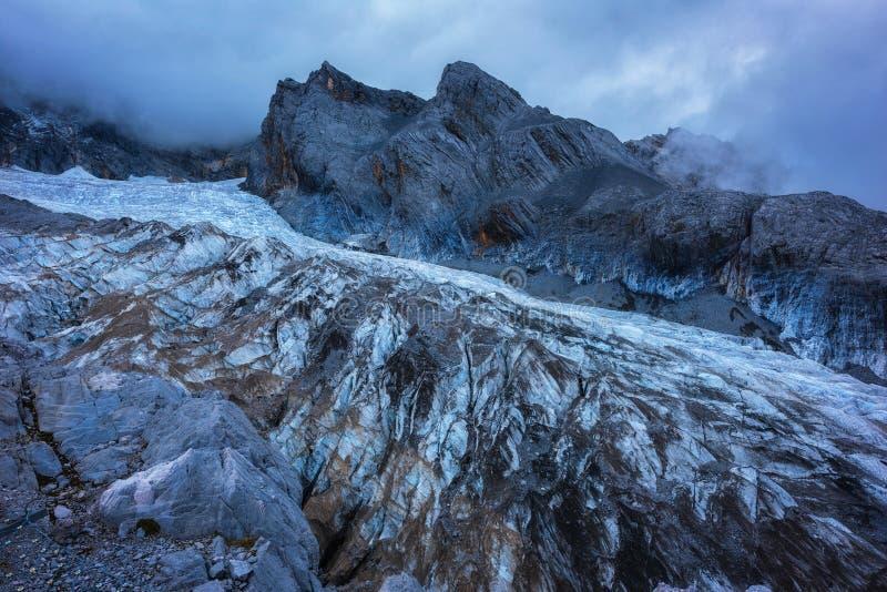 Milchstraße über einem Berg in Italien lizenzfreie stockfotos