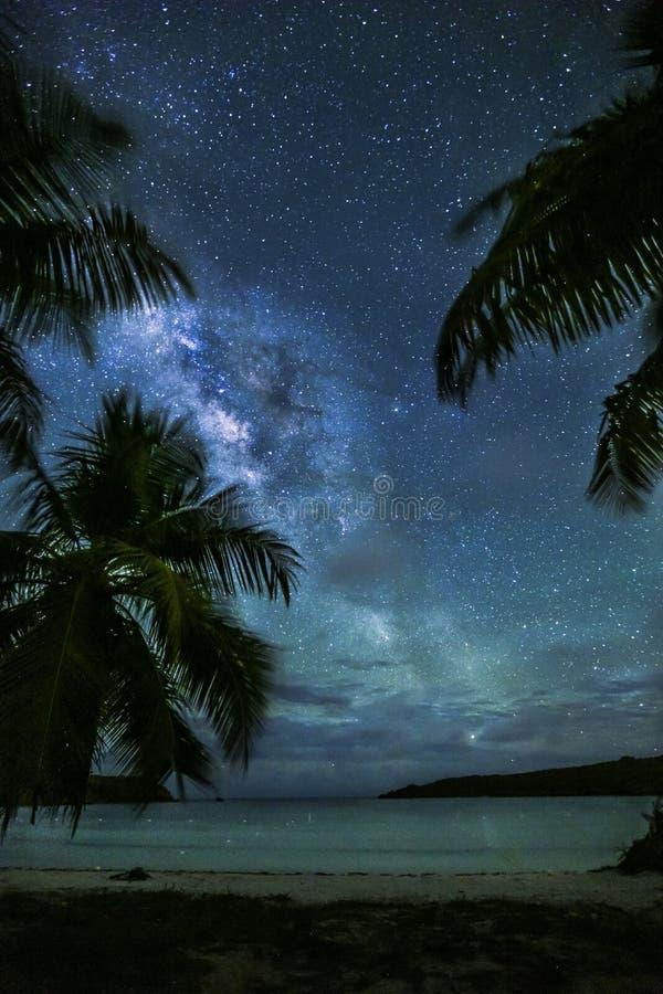Milchstraße über karibischer Bucht lizenzfreies stockbild