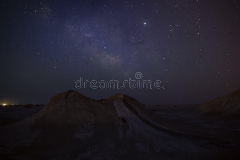 Milchstraße über Schlammvulkanen stockfotografie