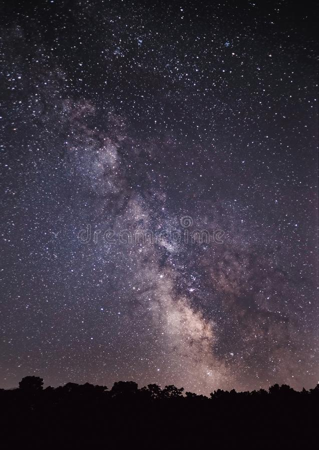 Milchstraße-Galaxie in Stern gefülltem nächtlichem Himmel stockfotos