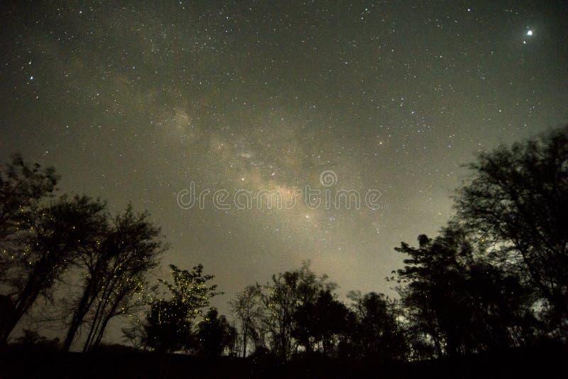 Milchstraße mit Feuer fliegt stockfoto