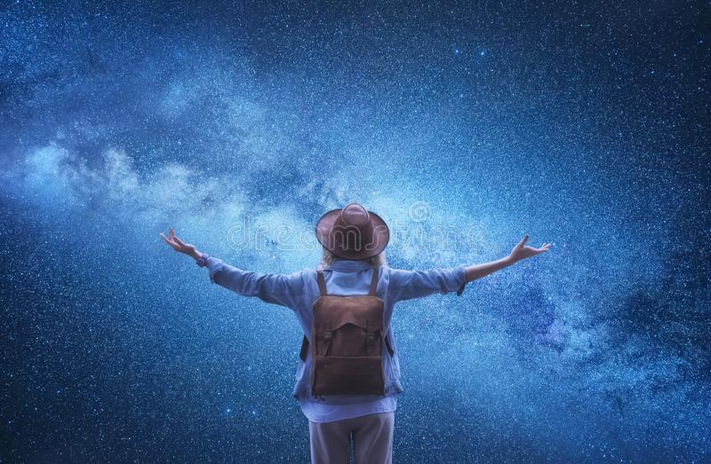 Milchstraße Tourist am Universumhintergrund Reisende mit Rucksack am Hintergrund des nächtlichen Himmels lizenzfreie stockfotos
