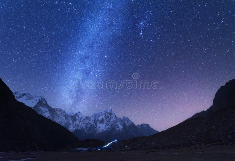 Milchstraße und Berge Schöner Hintergrund mit dem Bild der Tabelle stockfotografie