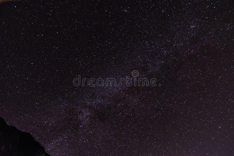 Milchstraße und die Sterne im nächtlichen Himmel lizenzfreies stockbild