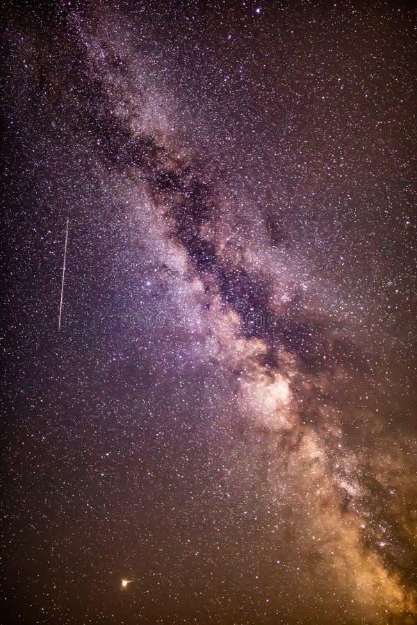 Milchstraße- und perseidsmeteor lizenzfreie stockbilder