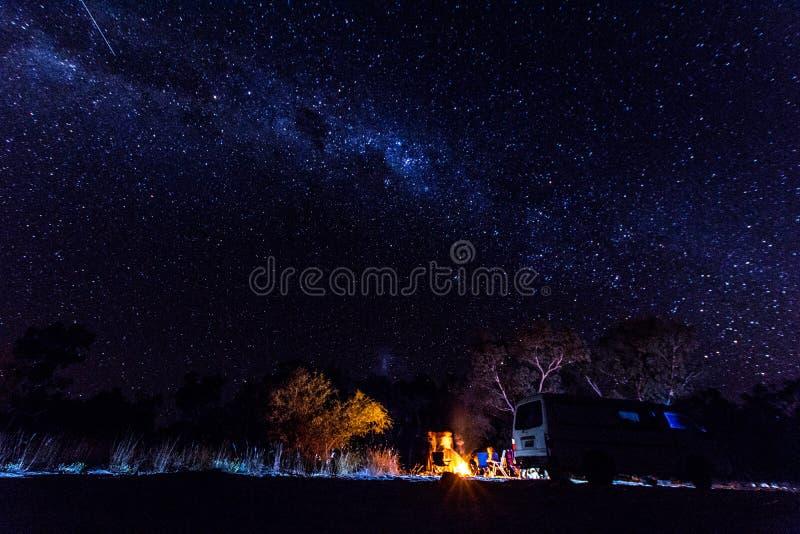 Milchstraße und Sternschnuppe stockfoto
