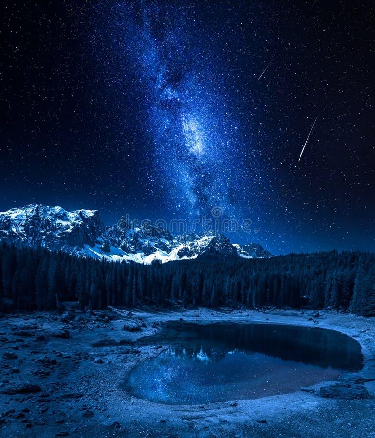 Milchstraße und Sternschnuppen über Carezza See, Dolomit, Italien stockbild