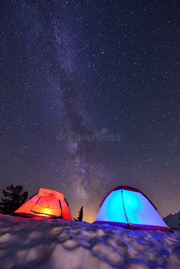Milchstraße und Zelte stockbilder