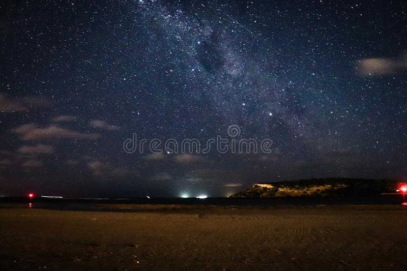 Milchstraßegalaxie über Strand lizenzfreie stockfotos