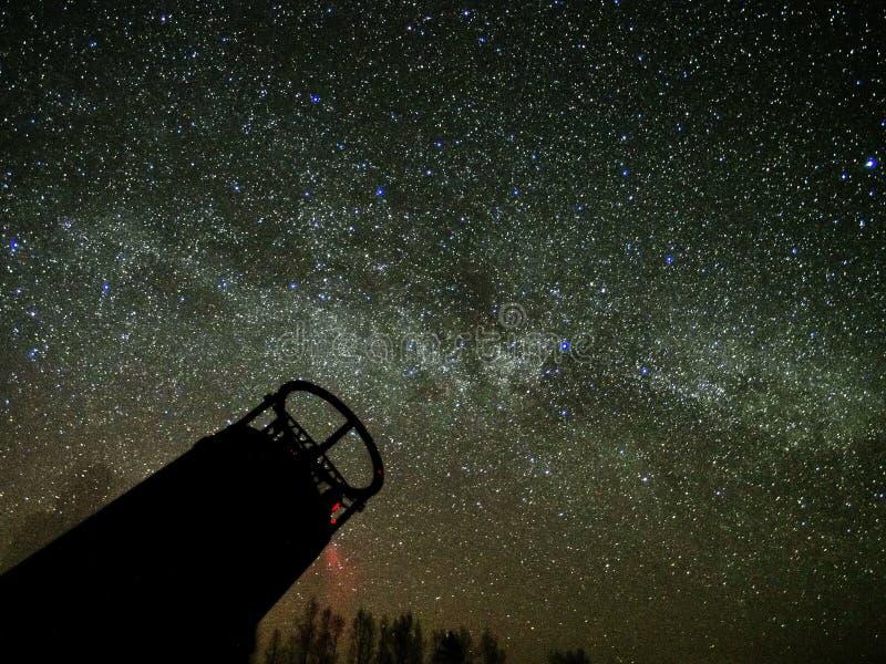 Milchstraßesterne und großes Teleskop auf nächtlichem Himmel lizenzfreie stockfotografie