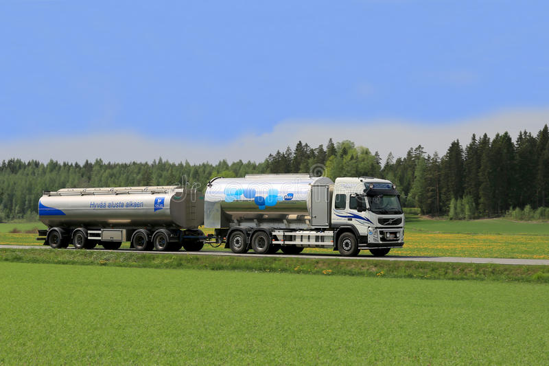 Milchtankwagen-LKW auf szenischer Sommer-Straße stockfotografie
