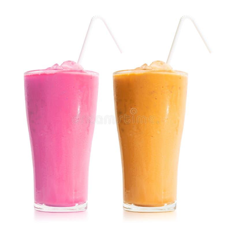 Milchteeglas lokalisiert auf weißem Hintergrund Süßes Getränk im Becher ?ber Wei? stockbilder