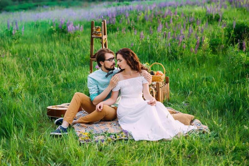 Mildern Sie Umarmung eines bezauberten Paares, das hat lizenzfreie stockbilder