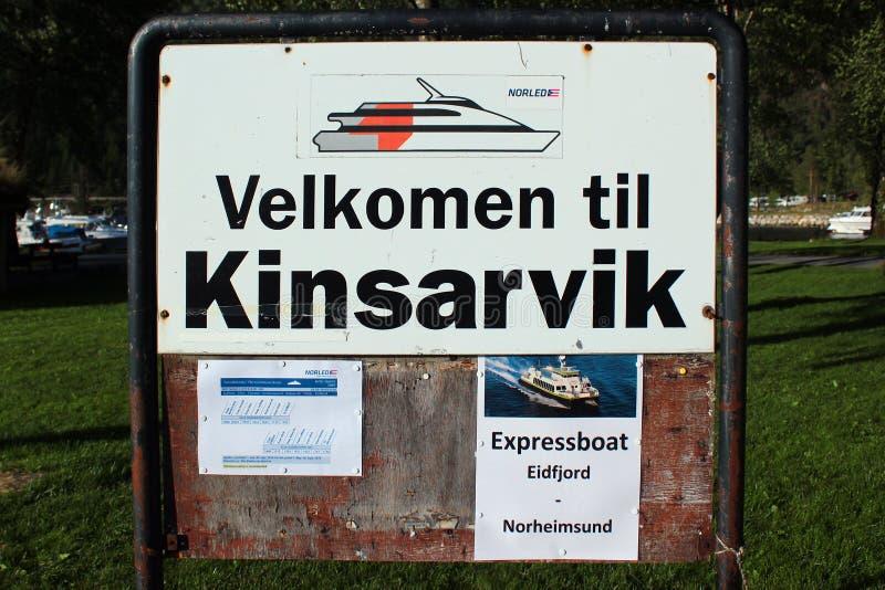 Mile widziany deska przy schronieniem w Kinsarvik, Norwegia zdjęcie stock