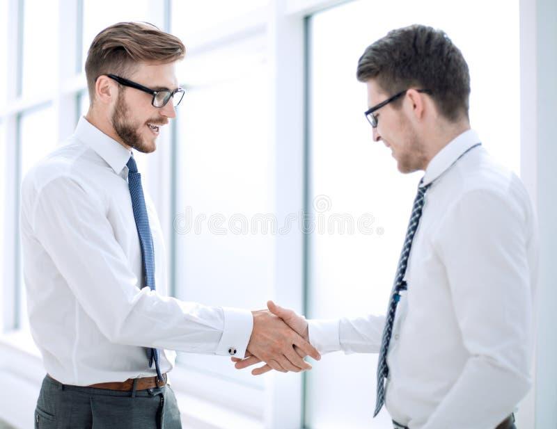 Mile widziany uścisk dłoni personel w biurze zdjęcie stock
