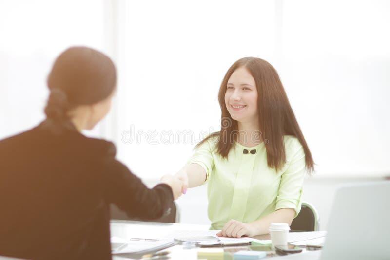 Mile widziany uścisk dłoni dwa biznesowej kobiety przy biurkiem Fotografia z kopii przestrzenią obrazy royalty free